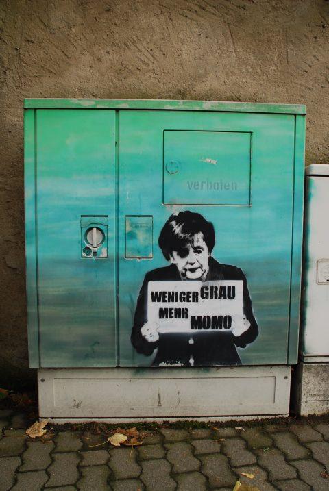 Unbekannt, »Weniger Grau, mehr Momo«, um 2013 |