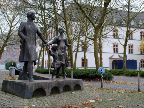 Johannes Scherl, Die Familie, 1983/85 | Kreisverwaltung Trier-Saarburg, Mustorstraße, Trier