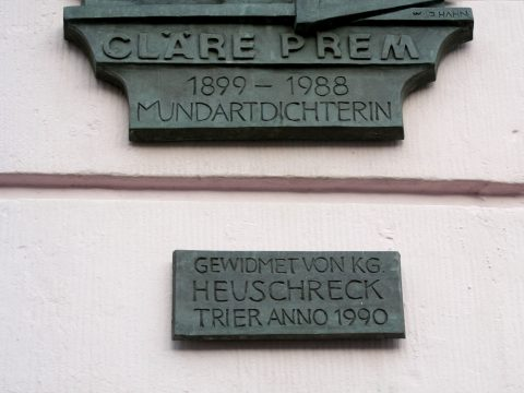 Willi Hahn, Cläre-Prem-Plakette, 1990 | Außenwand des Palais Walderdorff, Hauptmarkt, Trier