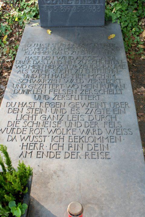 Willi Hahn, Grabmal der Cläre Prem | Prosa von Cläre Prem, eingemeißelt in die Platte ihres Grabmals.