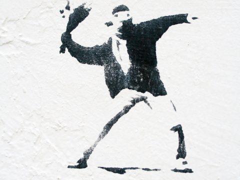 Unbekannt, Blumenwerfer (nach Banksy), Jahr unbekannt | Hauswand der Haustechnik, Europäische Kunstakademie, Trier