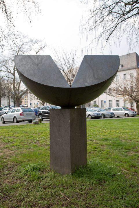 Max Bill, Zwilling aus einer Viertelkugel, 1982 | Theater-Vorplatz, Trier