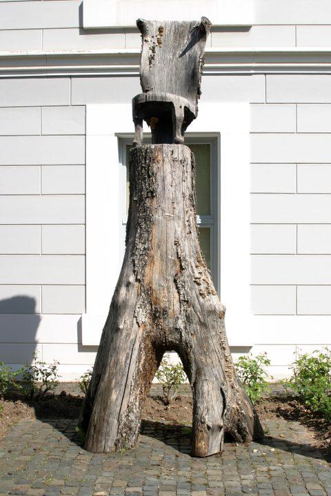Juan Bustillos, Holzskulptur mit Stuhl, 2010 | Museum am Dom, Trier