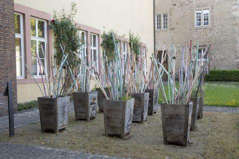 Bernhard Müller und SchülerInnen der Medard-Schule, 500+1 Pilgerstäbe, 2012 | Bischof-Stein-Platz, Trier