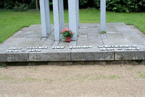 Jupp_Zimmer_Denkmal_fuer_die_Gefallenen_der_beiden_Weltkriege_Hauptfriedhof_Trier_04 |