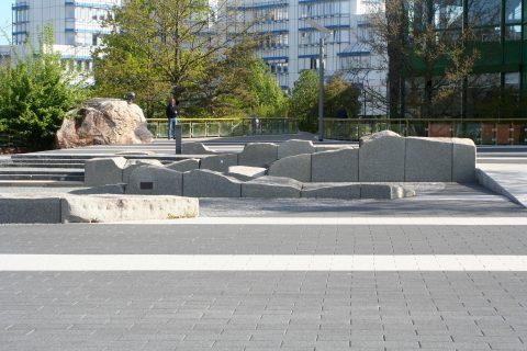 Ernst O. K. Simon, Integration Kunst-Platz, 1987–1988 | Forumsplatte, Campus I Universität Trier