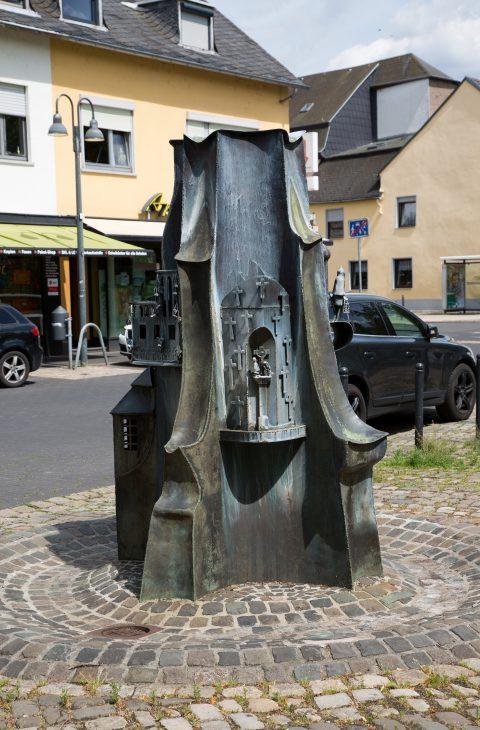 Klaus Apel, Bronzebrunnen auf dem Kirchplatz Heiligkreuz, 2000 |