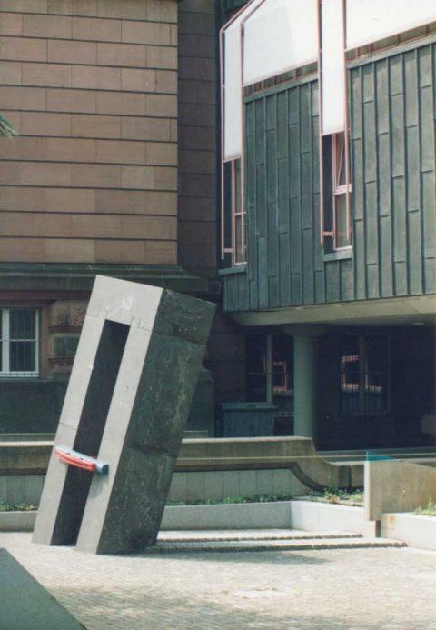 Clas Steinmann, Das schiefe Tor, 1989 | Aufnahme nach Fertigstellung 1989, Rheinisches Landesmuseum